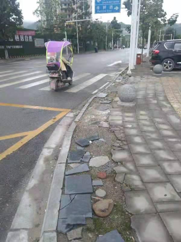 圣桦公馆小区外被压坏的路面砖影响通行和市容!